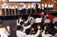 壮行会で乾杯するリオデジャネイロ・パラリンピック日本代表選手団=東京都千代田区で2016年8月2日午後2時54分、徳野仁子撮影