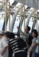 天望回廊で風鈴を眺める来場者ら=墨田区押上1の東京スカイツリーで