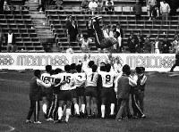 メキシコ五輪のサッカー3位決定戦でメキシコを破り五輪初の銅メダルを獲得し、監督やコーチを胴上げして喜び合う日本チームの選手たち=メキシコシティのアステカ・サッカー場で1968年10月24日、阿部三郎撮影