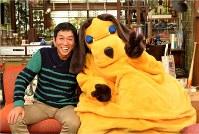 フジテレビ系トーク番組「さんまのまんま」の明石家さんまさんと番組のキャラクター「まんま」=関西テレビ提供