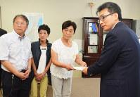 山本陽一・福井県健康福祉部長に要望書を提出する宮本和子さん(右から2人目)ら=石川県庁で、金志尚撮影