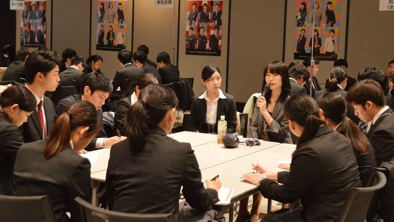 企業が開いた会社説明会で、担当者の話を熱心に聞く学生たち=東京都渋谷区で2016年4月、渡辺精一撮影