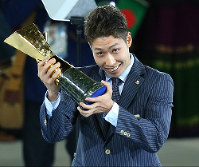 Kosuke Hagino shows off his trophy after being named the MVP at the 2014 Asian Games in Incheon, South Korea, on Oct. 4, 2014 (Mainichi)