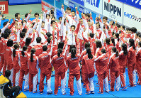 Swimmers on the Japan team surround Daiya Seto, center, for a pep rally ahead of the 2015 Japan Open at Tokyo Tatsumi International Swimming Center on May 24, 2015. (Mainichi)