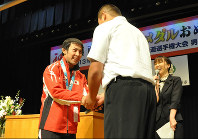 Naohisa Takato, left, is pictured at a public hall in Shimotsuke, Tochigi Prefecture, in this file photo taken on Sept. 24, 2013. Takato encouraged junior high school students, saying he believes one's dream will be fulfilled if it is pursued. (Mainichi)