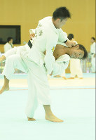 Naohisa Takato, right, attempts to throw an opponent during a bout in Tokyo's Kita Ward on July 29, 2014. (Mainichi)