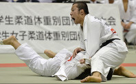 Naohisa Takato, right, of Tokai University, is pictured during his victorious bout in the final of the All-Japan Student Judo Weight Class Team Championship at Baycom Gymnasium on Oct. 26, 2014. (Mainichi)