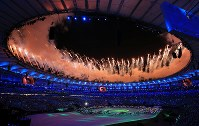 Fireworks are shot off from Maracana Stadium in Rio De Janeiro during the opening ceremony of the 2016 Olympics on Aug. 5, 2016. (Mainichi)
