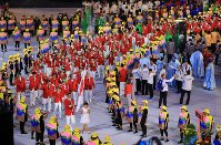 Led by flag-bearer Keisuke Ushiro, Japan's Olympic delegation marches at Maracana Stadium in Rio De Janeiro during the opening ceremony of the 2016 Olympics on Aug. 5, 2016. (Mainichi)