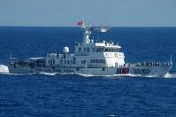 沖縄県・尖閣諸島周辺の接続水域を航行する中国公船=2016年8月6日午前、第11管区海上保安本部提供