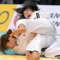 柔道全日本選抜体重別選手権の女子48キロ級決勝で山岸から払い腰で有効をとる近藤亜美(上)=福岡国際センターで2014年4月5日、和田大典撮影