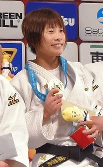 柔道グランドスラム東京大会の表彰台で金メダルを手に笑顔を見せる近藤亜美=東京体育館で2015年12月4日、和田大典撮影