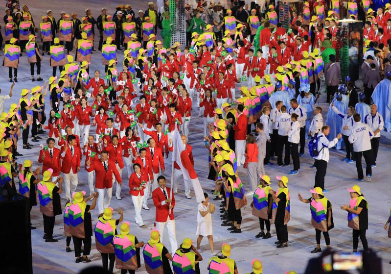 リオ五輪:日本選手団、整然と入場行進「歩きスマホ」なく | 毎日新聞