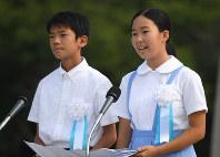 平和への誓いを読み上げる中奥垂穂さん(右)と青木優太さん=広島市中区の平和記念公園で2016年8月6日午前8時27分、久保玲撮影