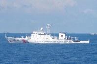 沖縄県・尖閣諸島周辺の接続水域を航行する中国海警局の公船=8月6日午前、第11管区海上保安本部提供