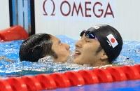 競泳男子400メートル個人メドレー決勝を制し、瀬戸大也(右)とたたえ合う萩野公介=リオデジャネイロの五輪水泳競技場で2016年8月6日、梅村直承撮影