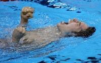 競泳男子400メートル個人メドレー決勝で優勝し、水に浮かび天を仰いで喜ぶ萩野=リオデジャネイロの五輪水泳競技場で2016年8月6日、山本晋撮影