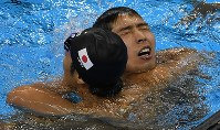 競泳男子400メートル個人メドレー決勝を1位でフィニッシュし、瀬戸大也(左)と健闘をたたえ合う萩野公介=リオデジャネイロの五輪水泳競技場で2016年8月6日、三浦博之撮影