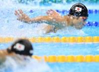 競泳男子400メートル個人メドレー決勝のバタフライで瀬戸大也(手前)と競り合う萩野公介=リオデジャネイロの五輪水泳競技場で2016年8月6日、梅村直承撮影