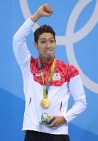 競泳男子400メートル個人メドレーで優勝し、金メダルを胸に声援に応える萩野公介=ブラジル・リオデジャネイロの五輪水泳競技場で2016年8月6日、小川昌宏撮影