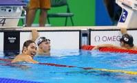 競泳男子400メートル個人メドレーで優勝し、笑顔で表示を見つめる萩野公介(左)。右端は3位の瀬戸大也=ブラジル・リオデジャネイロの五輪水泳競技場で2016年8月6日、小川昌宏撮影