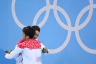 競泳男子400メートル個人メドレーの表彰式を終え、メダルを胸に抱き合う優勝した萩野公介(右)と3位の瀬戸大也=ブラジル・リオデジャネイロの五輪水泳競技場で2016年8月6日、小川昌宏撮影