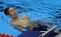 競泳男子400メートル個人メドレー決勝を1位でフィニッシュし、笑顔を見せる萩野公介=リオデジャネイロの五輪水泳競技場で2016年8月6日、三浦博之撮影