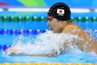 競泳男子400メートル個人メドレー決勝を制した萩野公介の平泳ぎ=リオデジャネイロの五輪水泳競技場で2016年8月6日、梅村直承撮影