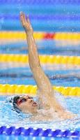 競泳男子400メートル個人メドレーで優勝した萩野公介の背泳ぎ=ブラジル・リオデジャネイロの五輪水泳競技場で2016年8月6日、小川昌宏撮影