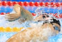 競泳男子400メートル個人メドレー決勝の自由形でチェース・ケイリシュ(手前)を抑え優勝した萩野公介=リオデジャネイロの五輪水泳競技場で2016年8月6日、梅村直承撮影
