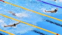 競泳男子400メートル個人メドレー決勝で先頭争いをする萩野公介(右)と瀬戸大也=リオデジャネイロの五輪水泳競技場で2016年8月6日、三浦博之撮影