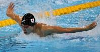 競泳男子400メートル個人メドレー決勝で優勝した萩野のバタフライの泳ぎ=リオデジャネイロの五輪水泳競技場で2016年8月6日、山本晋撮影