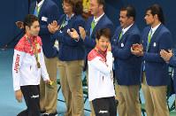 競泳男子400メートル個人メドレー決勝で銅メダルを獲得し、笑顔で引き上げる瀬戸大也(右)と金メダルの萩野公介=リオデジャネイロの五輪水泳競技場で2016年8月6日、三浦博之撮影