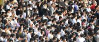 原爆投下時刻に合わせて黙とうをする人たち=広島市中区の平和記念公園で2016年8月6日午前8時15分、小関勉撮影
