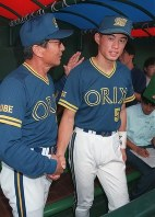 Ichiro Suzuki is congratulated by Orix BlueWave manager Akira Ogi, left, after tying the single-season hit record at the Kintetsu Fujiidera Baseball Stadium on Sept. 12, 1994. (Mainichi)