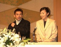 Ichiro Suzuki and his newly married wife Yumiko Fukushima meet reporters at the Hotel Okura Kobe on Dec. 5, 1999. (Mainichi)
