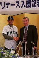 Ichiro Suzuki, left, shakes hands with Seattle Mariners CEO Howard Lincoln at the Nintendo Co. headquarters in Kyoto's Minami Ward on Nov. 19, 2000. (Mainichi)