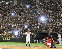 Ichiro Suzuki is seen at bat during the bottom of the first inning in the Tokyo Round opening match against China in the World Baseball Classic at Tokyo Dome on March 5, 2009. (Mainichi)