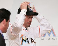 Ichiro Suzuki wears a Miami Marlins cap during a press conference in Tokyo's Chiyoda Ward on Jan. 29, 2015. (Mainichi)