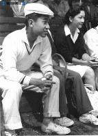 旧軽井沢にあるテニスコートで開かれた試合を観戦する皇太子さまと美智子さま=1958年(昭和33年)8月9日撮影