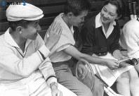 テニスを観戦しながら談笑する皇太子さまと美智子さま=1958年(昭和33年)8月9日撮影