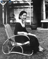 ご結婚前の美智子さま=東京都品川区の自宅庭で1958年(昭和33年)11月5日撮影