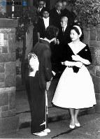 婚約発表の朝、自宅から皇居に向かう美智子さま=1958年(昭和33年)11月27日