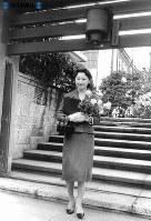 宮内庁分室の門前に立ち、晴れの日を待つ美智子さま=1959年(昭和34年)3月30日