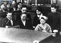 嫁ぐ朝に家族と別れを惜しみつつ、車に乗る美智子さま=1959年(昭和34年)4月10日撮影