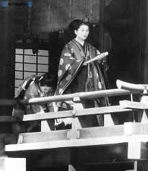 十二単姿で宮中賢所の廊下を行く美智子さま=1959年(昭和34年)4月10日撮影