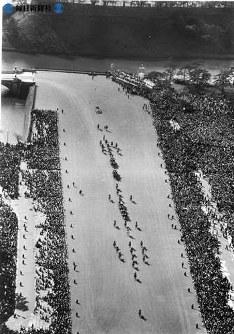 皇居で「結婚の儀」「朝見の儀」を終え、東宮仮御所へ向かう馬車が沿道の歓呼の中、皇居前広場に差し掛かったところを空撮=1959年(昭和34年)4月10日、本社機スワン号から撮影