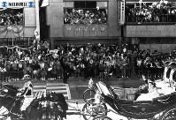 皇太子さまと美智子さまが宮中での挙式と儀式を終え、二重橋を渡って馬車パレードに出発。お二人は東宮仮御所までの8.8キロにわたるコースの至るところで国民の歓迎をうけた=1959年(昭和34年)4月10日撮影