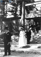ご結婚を皇祖天照大神に報告するため、祭神としてまつる伊勢神宮を参拝した皇太子さまと美智子さま=1959年(昭和34年)4月18日撮影