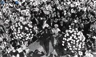 米大統領招待による日米修好100年を記念してのアメリカ訪問でロサンゼルス滞在中、リトル・トーキョーを訪れ、日の丸と星条旗の日米両国国旗を振って歓迎する日系市民の中を進む皇太子さまと美智子さま=1960年(昭和35年)9月26日撮影